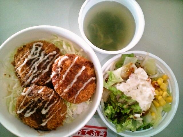 メンチカツ丼スープ付き・サラダ(飯田橋/ムッソ)